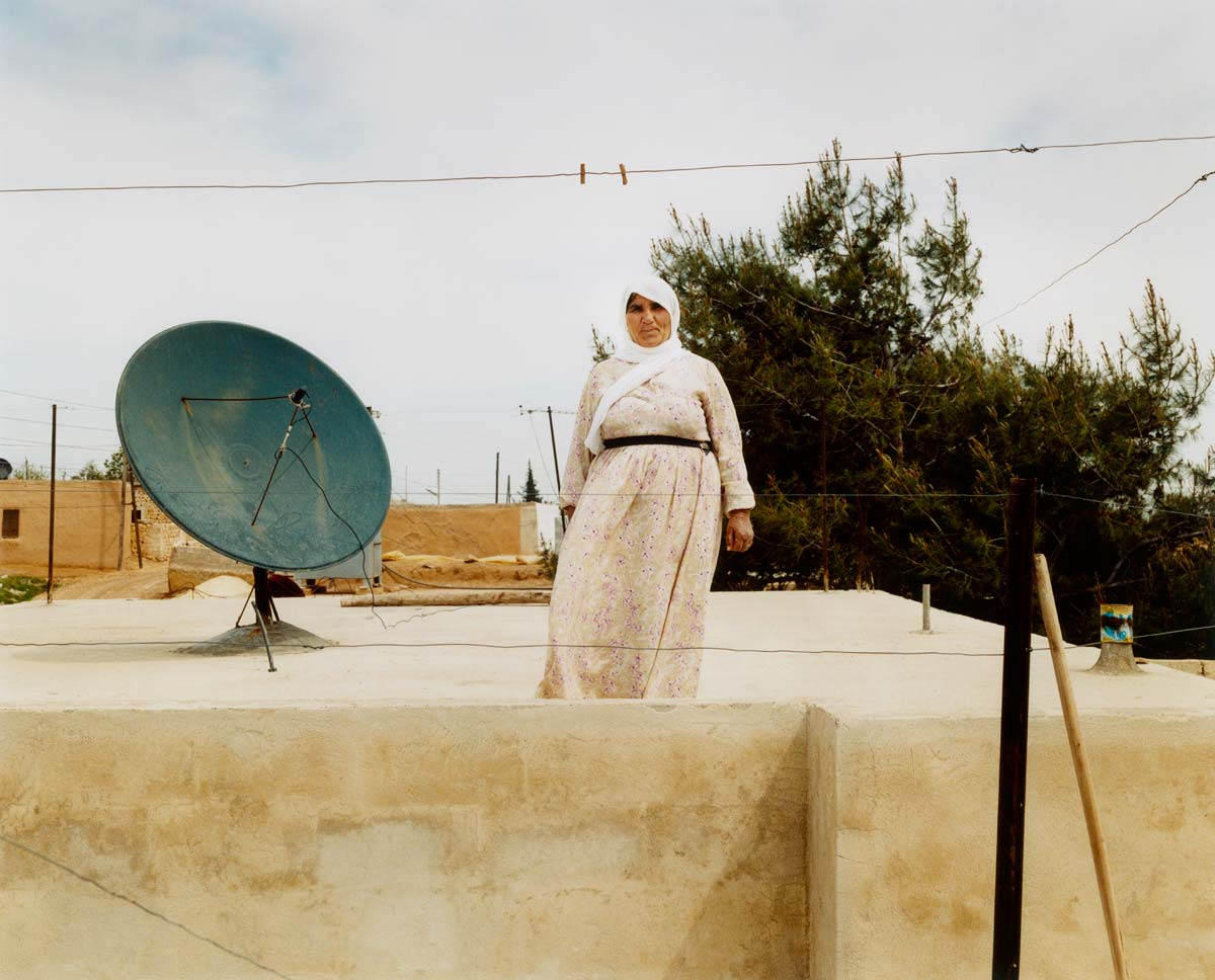 woman-with-sat-dish-syria